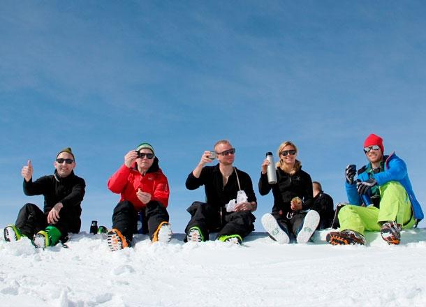 Glada skidåkare.